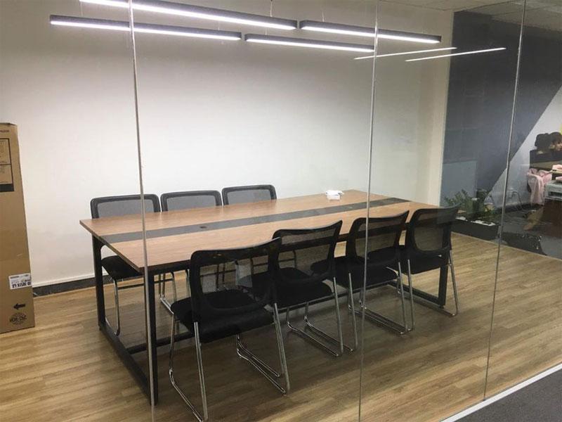 thi công mảng bàn họp với ghế văn phòng