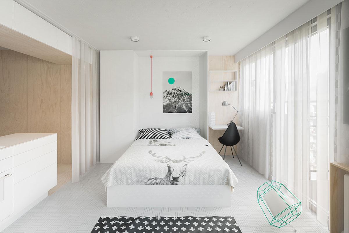 Phòng ngủ của căn hộ chính là phòng khách, ở đây các nhà thiết kế sử dụng luôn chiếc giường thông minh ốp tường điều này cho phép căn hộ rộng hơn đa năng hơn
