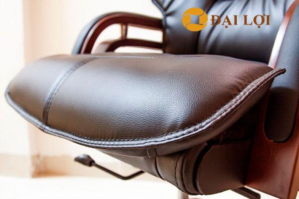 Phần đệm ngồi của ghế thiết kế cao ở phần đùi nhằm nâng đùi tạo cảm giác êm ái và đỡ mỏi chân